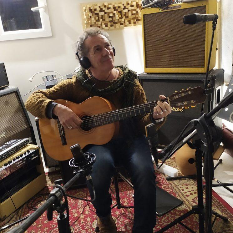 Claudio Gabriel fent guiterra a estudi Alguer