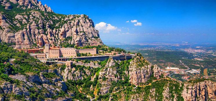 Un món de mites, llegendes i creences envolten la muntanya de Montserrat i, nosaltres, no en som al·liens