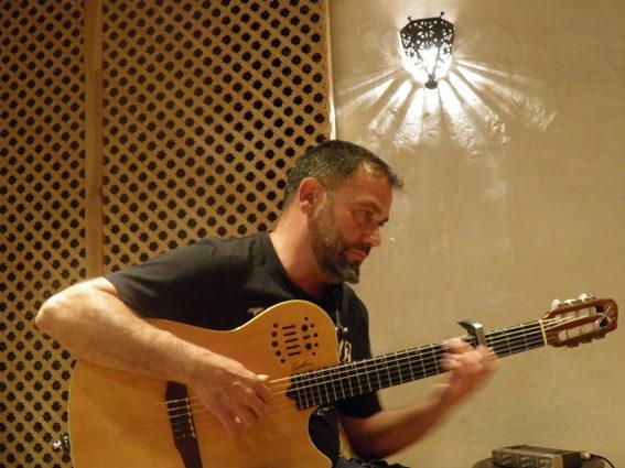 Paco Lupi en el estudio Quino Home a la guitarra Godin