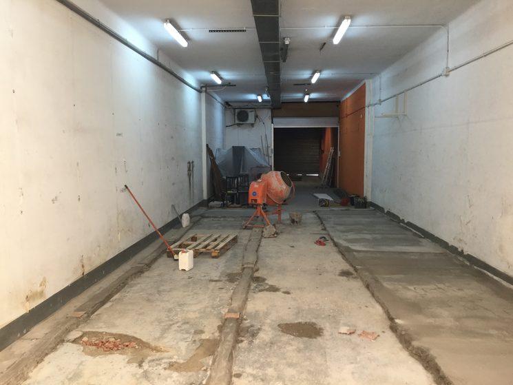 Arreglando el suelo del local