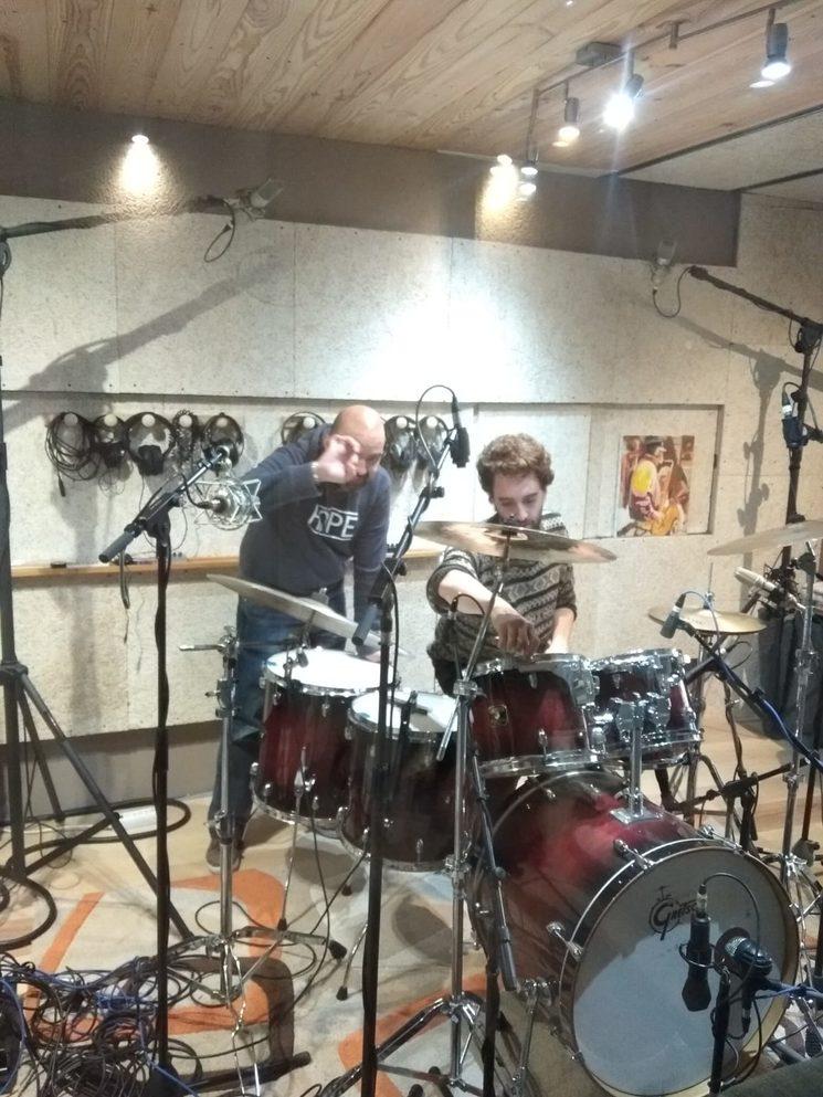 Rafa preparando la batería con la ayuda de Dani Arias.