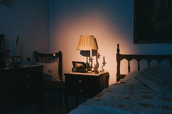 Fotografía de María Juárez en el rodaje, habitación de Aurora