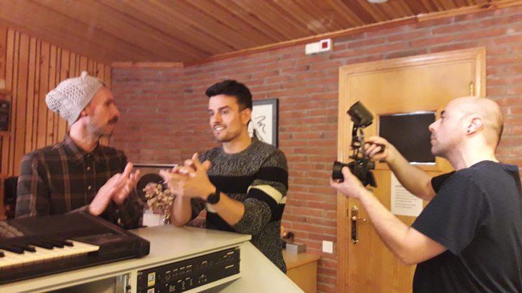 El Dídac Fernàndez i el Jose Ramon Madrid fent palmes mentre el Jordi Pla els filma