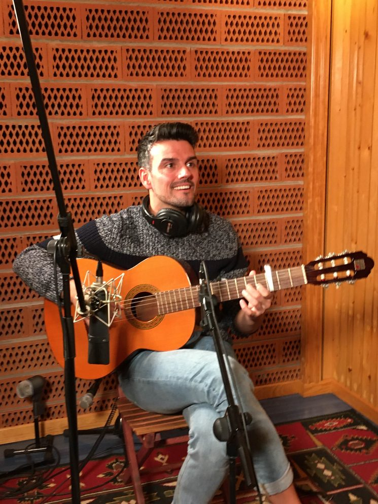 El Jose Ramon Madrid tocant la guitarra espanyola