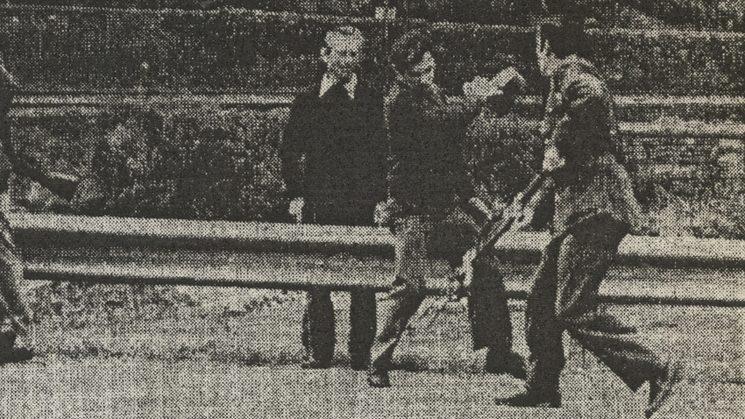 Pepín le gasta una broma a un guardia civil quitándole el tricornio.