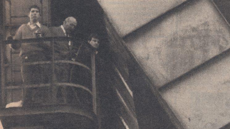 Los Pactos de La Moncloa. Las Comisiones Obreras conversan con un representante de Fuerza Nueva mientras contemplan el paisaje desde lo alto del castillete.