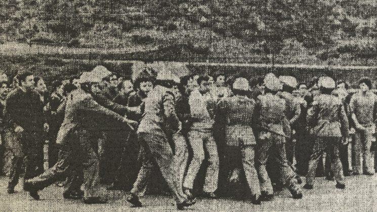 La policía contiene a los aficionados.