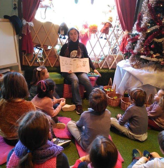Esta es Amanda, contando una historia en el campamento de Navidad