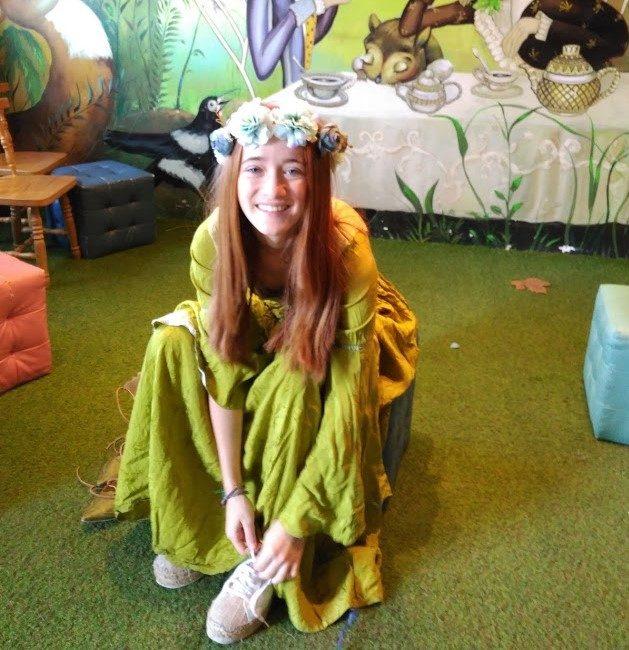 Esta es Ana, tras probarse los zapatos que nos llegaron del taller de las hadas