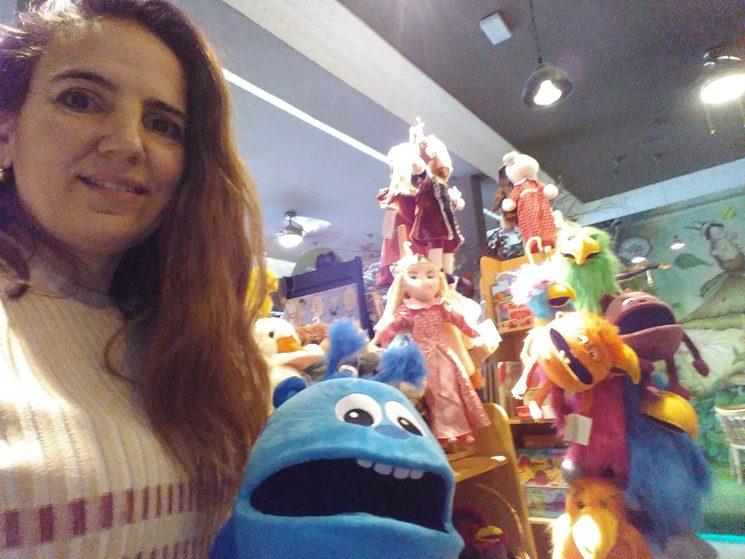 esta soy yo... fascinada con una de las marionetas nuevas...