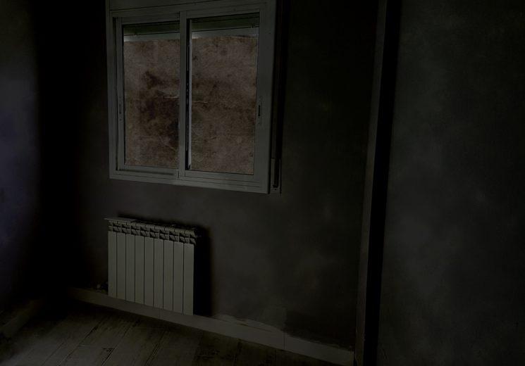...Helena despierta confusa y desorientada en una habitación que no es capaz de recordar...