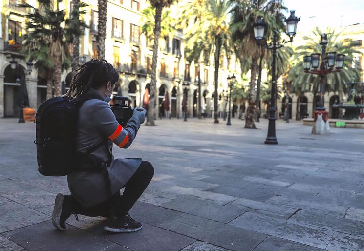 Working at Plaza Real (photo by Jordi Bassols)