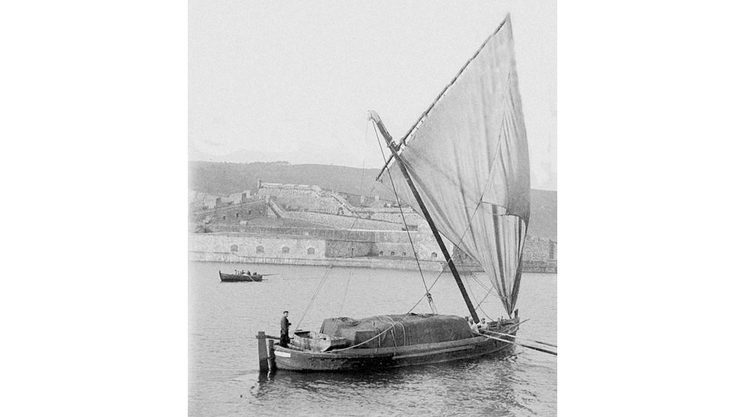 "A ""trincado"" from 1910 in Ferrol rigging a traditional galician headsail"