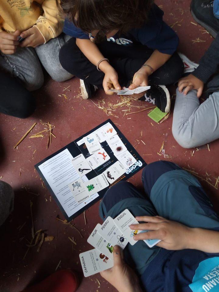 Nenos xogando na versión asturiana do Domino de Animais