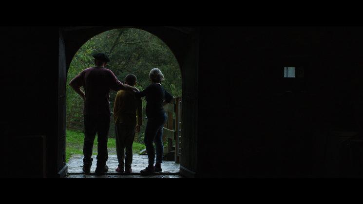 Eneko, Amaia y Oier en la puerta del baserri familiar