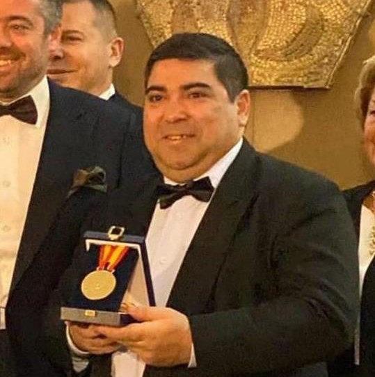 José Luis Mesas recogiendo la Medalla de Oro en Arte y Cultura otorgado por Pintura Mayte Spínola, del grupo Pro Arte y Cultura