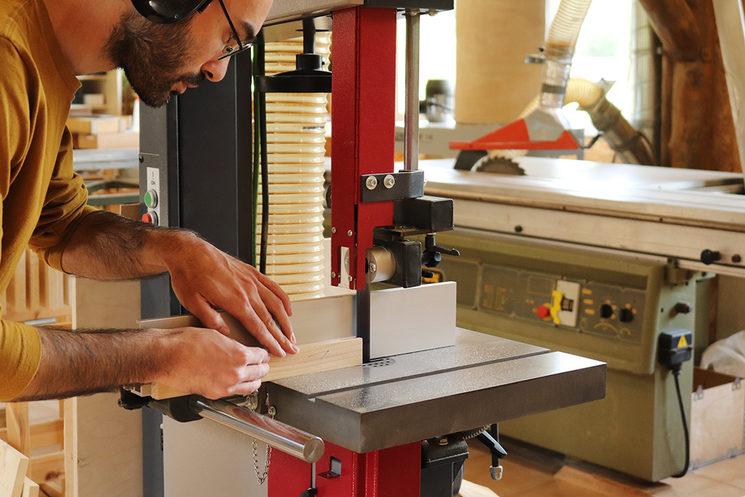 Trabajo de precisión en la sierra cinta