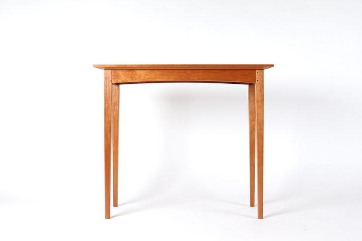 La mesa Shaker en cerezo. Es una consola de 80 x 70 x 34 cm