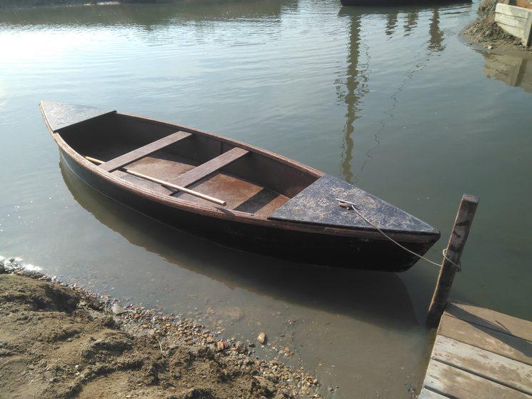 Barca de perxar a Món natura, als canals de les antigues salines de la Tancada