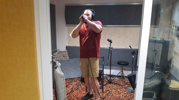 Nuestro amigo Marcos Ventura ayudándonos con la armónica.