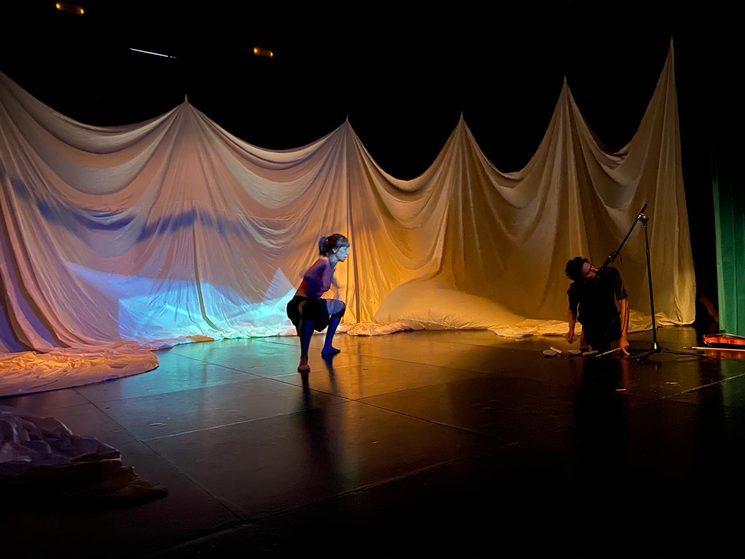 La bailarina Catalina Carrasco (Cia Baal) ensayando en el Teatre Principal de Santanyí