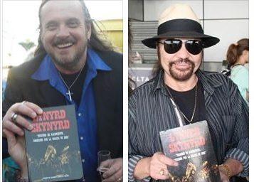Johnny Van Zant y Gary Rossington con una copia de la primera edición del libro.