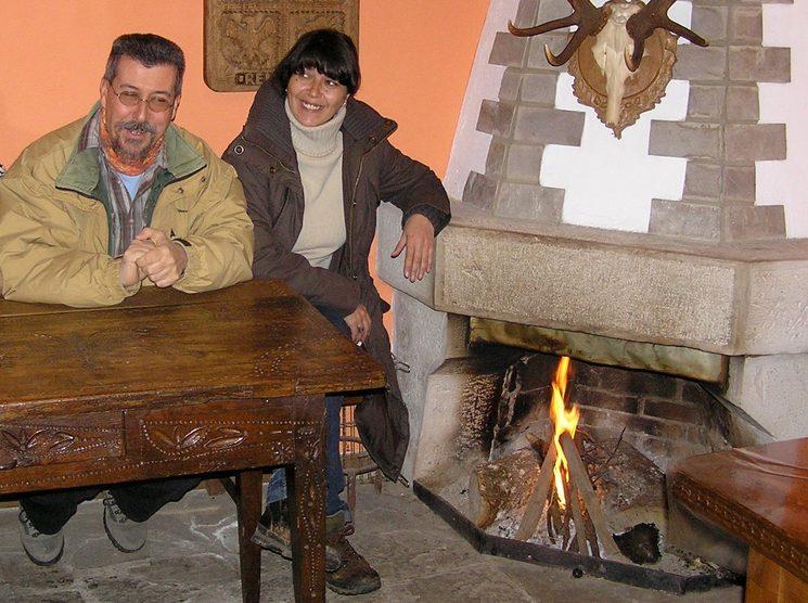 """Rafael Alarcón Herrera y Patricia R Muñoz, escritor e ilustradora de """"La erótica sagrada del románico"""" durante un alto en el camino en Salcedillo, Palencia."""