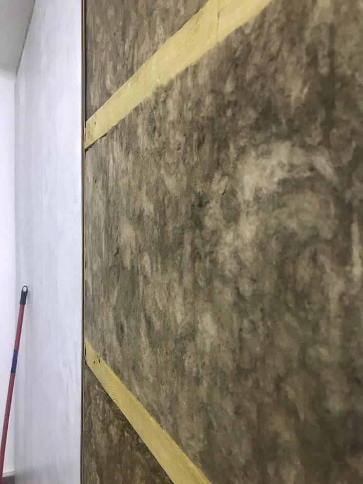 Las paredes con su aislante acústico
