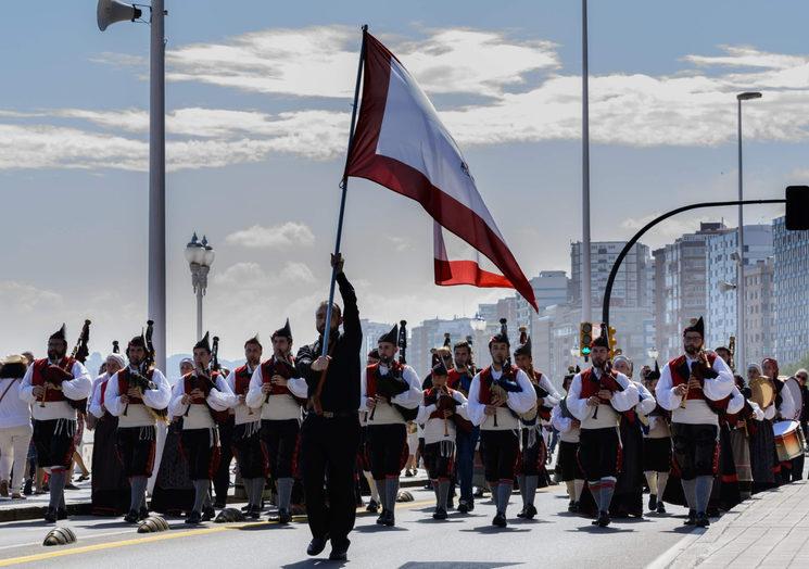 Desfile por el muro de San Lorenzo (Gijón)