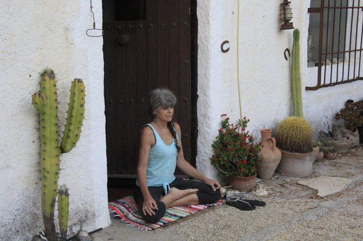La Abuela meditando en la puerta del cortijo.
