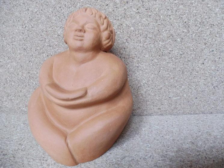"Escultura en terracota: ""La gordita intelectual"".."