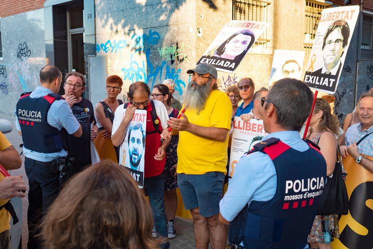 Badalona, 23 de juliol de 2018. Els mossos barren el pas a un pont a una petita manifestació