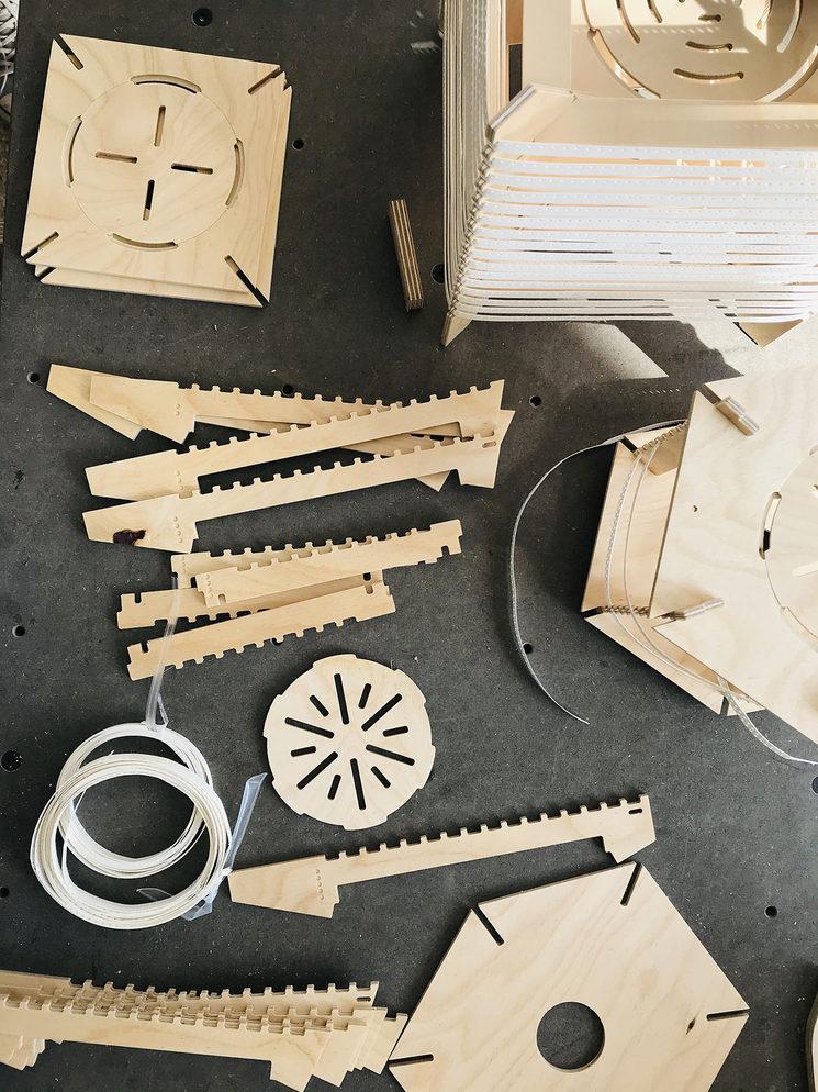 Las piezas que forman las lámparas estan hechas de madera de haya contrachapada y cortadas en una maquina de control numérico CNC.