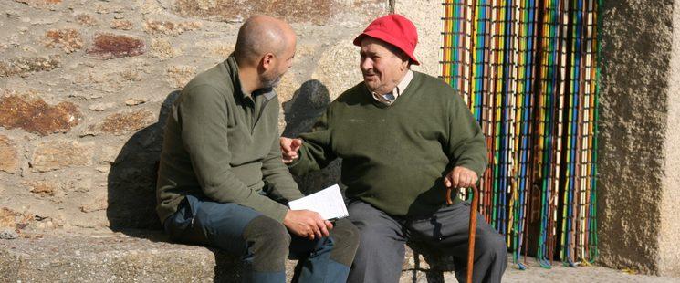 Javier Talegón entrevistando a Víctor Matellanes, vecino de Cional. Fotografía: Miguel Martín Navarro