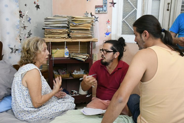 Abdel Martínez, in his role as actor director, instructs the first Cuban actress Coralita Veloz and the outstanding actor of Teatro del Viento Josvani González.