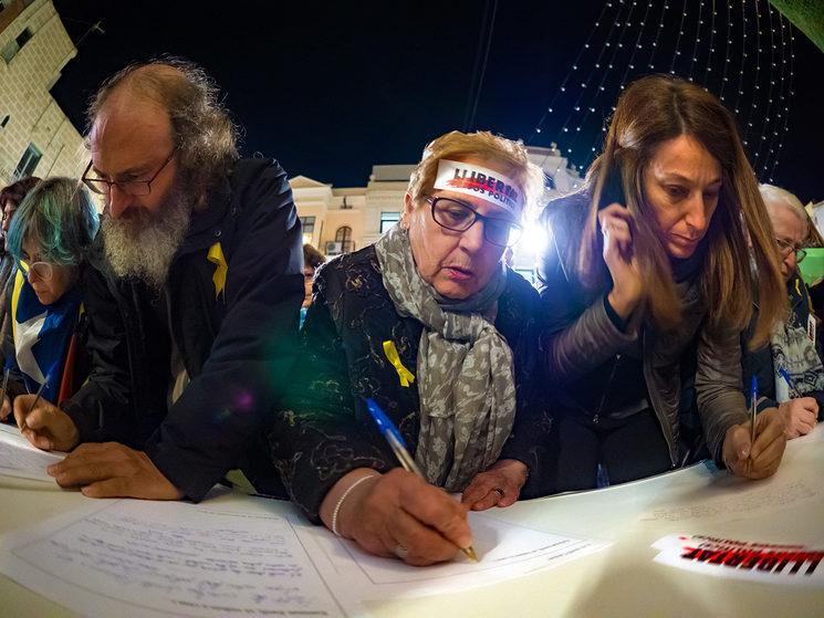 Pla de la vila, Badalona, 18 de novembre de 2017. La gent escriu cartes als Presos Polítics.