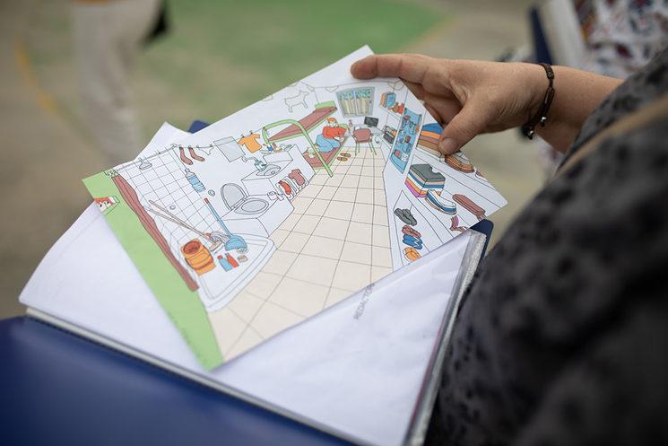 En el patio, una de las redactoras sostiene el borrador de la imagen que ha encargado a una colaboradora gráfica, Lola Barcia, para la revista nº2. Foto: Estrella Jover.