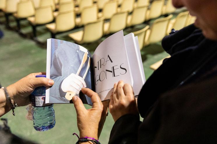 Una redactora enseña la revista en papel a una compañera dentro del salón de actos del módulo de preventivos del C.P. de Picassent, el 8 de marzo de 2019, día de la presentación de la revista nº1. Foto: Iván Navarro. 7
