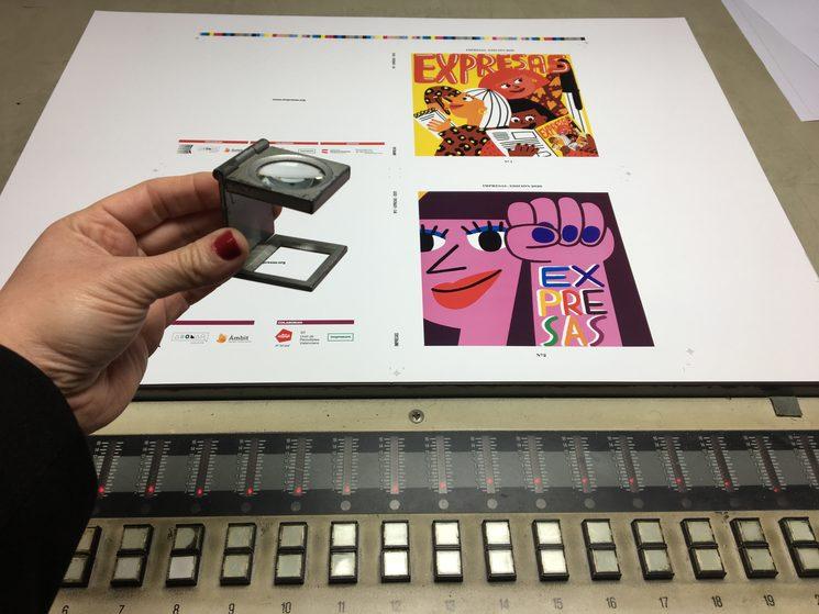 Hemos mirado píxel a píxel la portada de las dos revistas con esta mini-lupa. Se llama lupa cuentahílos y permite a nuestro impresor cazar todos los gazapos del offset. ¿Quieres saber lo que se ve a través? Baja, baja :)