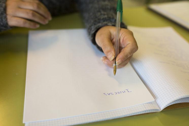 Una de las redactoras de la primera edición escribe en un folio el nombre del proyecto.