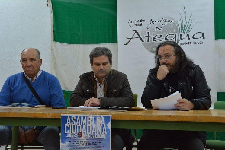 Camacho en compañía de Antonio Osuna y José María Serrano en una asamblea de la Asociación de Amigos de Ategua.