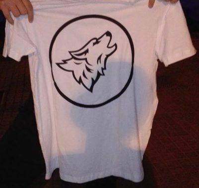 Las camisetas podrán llevar este logo trasero o simplemente el logo frontal pequeño