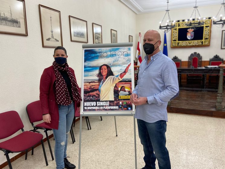 Sonia León recibida por el Alcalde de Calañas
