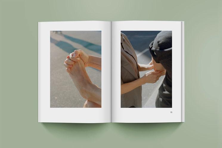 Mockup del ensayo de la crítica de arte Ana Folguera con imágenes del fotógrafo Federico Clavarino.