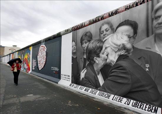 """""""Lideresas"""" en el muro de Berlín"""