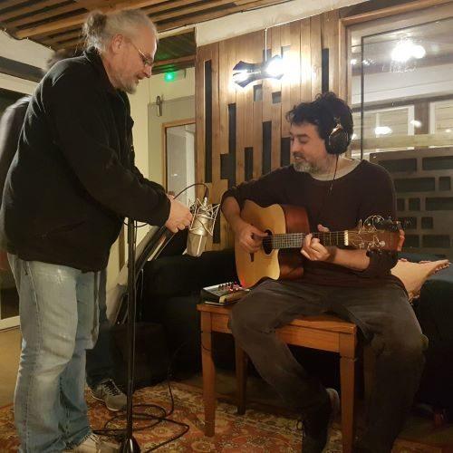 Mario Maeso gravant guitarres amb en Didier Richard