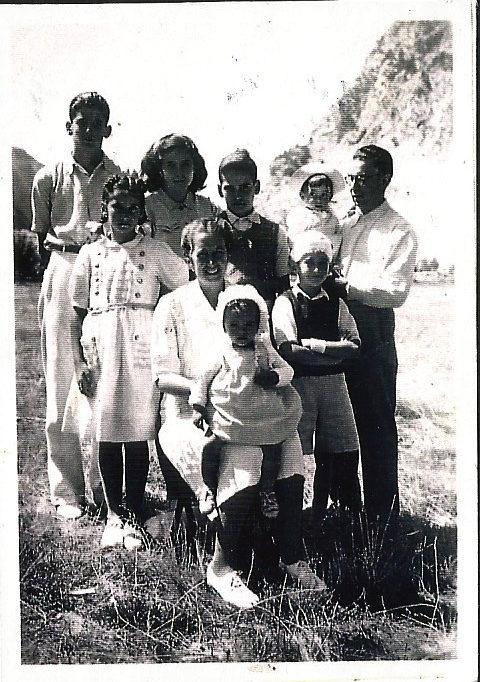 1944. Aquí estoy en los brazos de mi padre; mi hermana gemela Ana, sobre las rodillas de mi madre.  Falta mi hermano Rafa, el bejamin de la familia,  que nació al año siguiente.