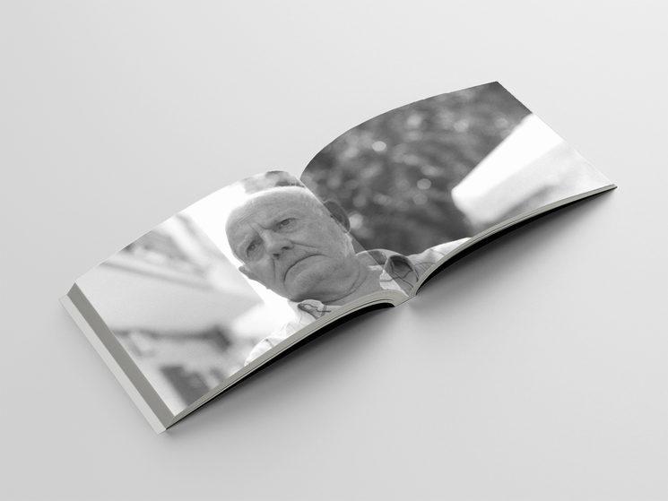 """Páginas interiores de """"Cuaderno español"""" que reproducen, como material anexo y a doble página una fotografía analógica a José Antonio Caceres"""