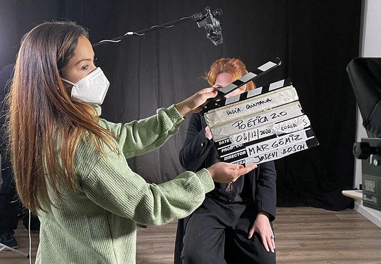 Tatiana Roig con la claqueta durante un rodaje.