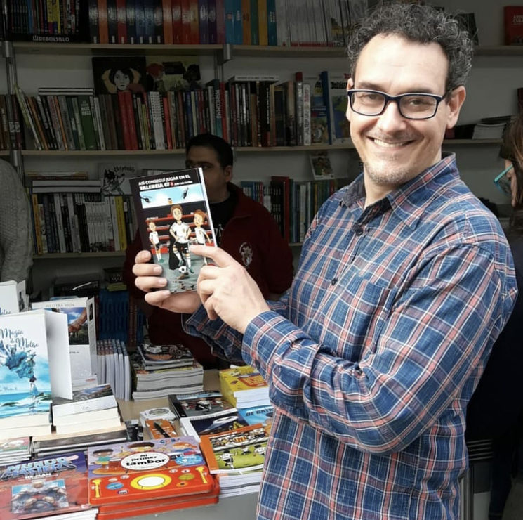 Javier León en una feria del libro.